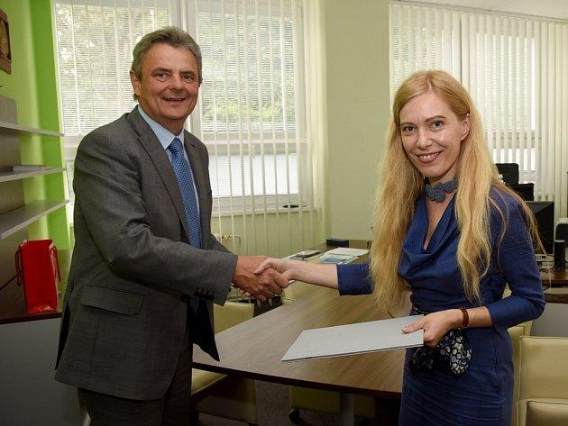 Miroslav Ludwig prorektorka Užhorodské národní univerzity Myroslava Lendělová uzavřeli dohodu o spolupráci.