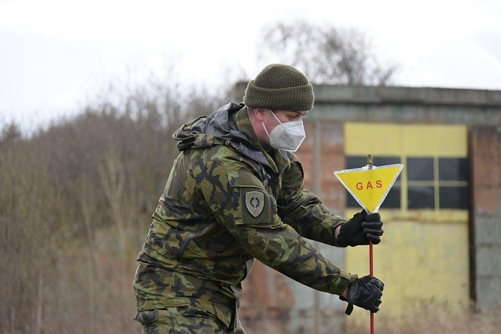Instruktor připravuje výtyčku chemické hrozby.