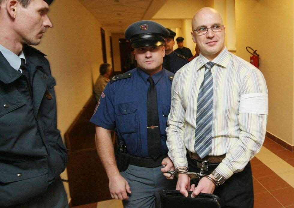 Z trestných činů vydírání, ublížení na zdraví a nedovoleného ozbrojování se zpovídá u krajského soudu  Martin Albrecht, Ondřej Pojda, Arnošt Herman.