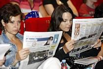 PŘED PARDUBICKOU PŘEDPREMIÉROU filmu T.M.A. si mohli návštěvníci přečíst aktuální vydání Deníku.