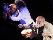 V pardubickém Divadle 29 zahrálo divadlo Nanoch Praha hru Miluj mě, tragickou taneční komedii o stavu, kdy je člověk zamilovaný