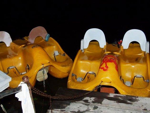 Odcizená vodní šlapadla měli na svědomí čtyři mladí muži.