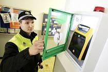 Automatický externí defibrilátor na služebně pardubické městské policie v Pernerově ulici.