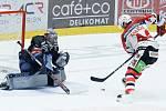 Utkání Tipsport extraligy v ledním hokeji mezi HC Dynamo Pardubice (v bíločerveném) a HC Škoda Plzeň (v černém) v pardubické enterie areně.
