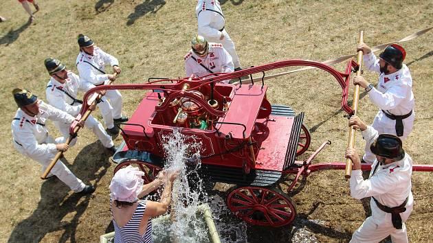 Dvanáct hasičských sborů se utkalo během desátého ročníku soutěže ručních historických stříkaček v Mělicích u Přelouče.