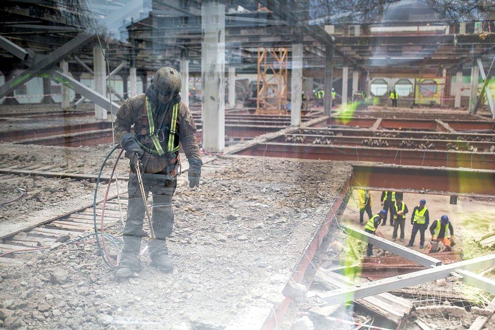 Prior se uvnitř pod rukama dělníků mění k nepoznání, navenek ale zůstane stejný.