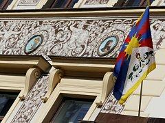 Tibetská vlajka na pardubické radnici.