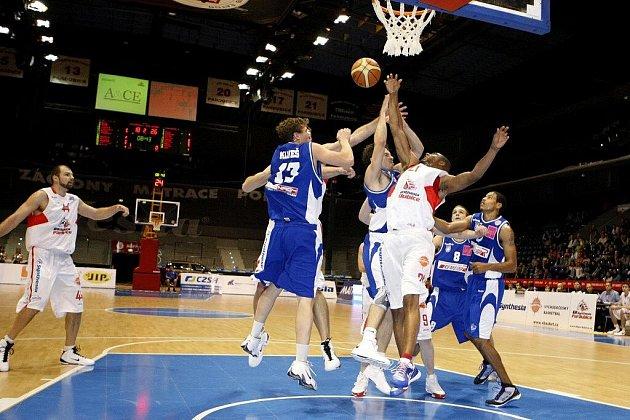 Rozjezd na stupeň jedna, zrychlování až na stupeň pět… Basketbalisté BK Synthesia splnili papírové předpoklady a nejmladší tým soutěže pořádně vyučili.