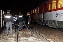 Muž v Pardubicích pravděpodobně spáchal sebevraždu. Postavil se před vlak.