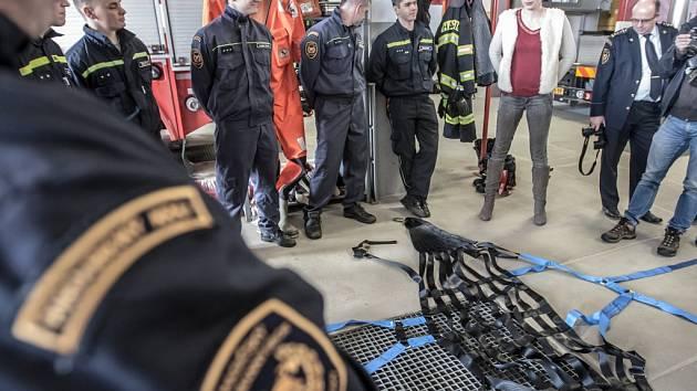 Na záchranu velkých zvířat mají hasiči speciální síť.