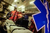 Silvestrovská noc patří k těm nejnáročnějším. Práci záchranářům zhusta komplikuje alkohol u zraněných i u lidí volajících linku 155. Posádky záchranné služby ze základny v Pardubičkách ale i tuhle divokou noc zvládly s přehledem.