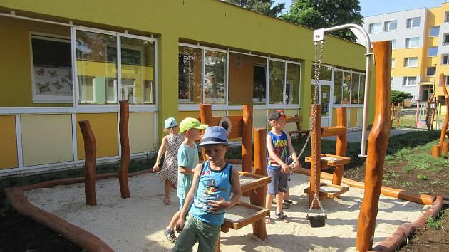 V nové zahradě školky Srdíčko se děti baví i učí.