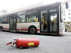 Černý pasažér v Pardubicích na třídě Míru prohodil hasicím přístrojem dveře trolejbusu, aby utekl revizorovi.