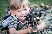 Vyzkoušet si vojenskou výzbroj i výstroj mohli včera návštěvníci v Pardubicích před krajským úřadem. Kdo to nestihl, může to dohnat tento víkend na akci Cihelna v Králíkách.
