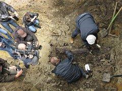 Exhumace ostatků francouzského hudebního skladatele polského původu Casimira Oberfelda se uskutečnila v pondělí ráno na hřbitově v Přelouči.