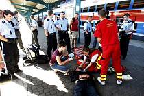 Záchranáři museli agresivního útočníka ošetřit spoutaného.