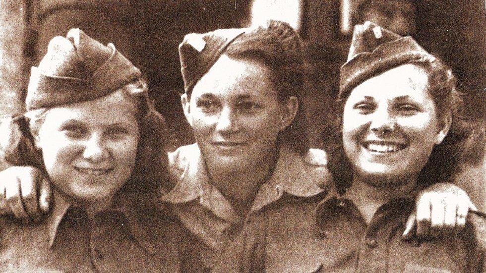 Šťastné spojařky v poválečné Praze – Jarmila (uprostřed) se Sylvií Laštovičkovou (vpravo) a Věrou Biněvskou.