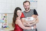 EDUARD JELÍNEK se narodil 13. června v 18 hodin a 52 minut. Měřil 51 centimetrů a vážil 2940 gramů. Maminku Lindu u porodu podpořil tatínek Josef a bydlí v Pardubicích.