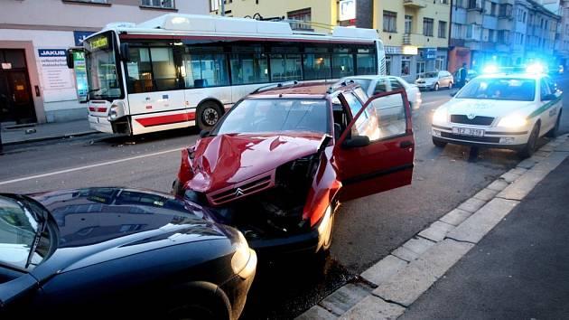 Osobní auto po srážce skončilo až v protisměru v parkovacím pruhu