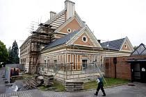 Pardubické krematorium se opravuje - zadní trakt dostává novou omítku