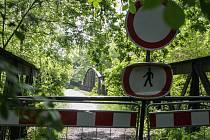 Červeňák je podle statiků ve špatném technickém stavu. Zatímco most přezdívaný Zeleňák město nechalo již opravit, Červeňák je stále uzavřený.