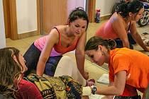 Komplikovaný porod jako jeden ze soutěžních úkolů. Podobné situace se kvůli náročnosti  a hrozícím komplikacím obávají i jinak zkušení záchranáři.