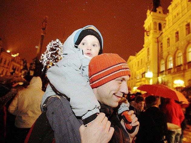 Štědrovečerní procházka přivedla na Pernštýnské náměstí stovky lidí