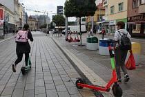 Kontroly elektrokoloběžek i cyklistů v Pardubicích pokračují. Na začátku října městská policie zvýšila kontroly elektrokoloběžek a také cyklistů.