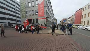 Fronta před zákaznickým centrem Dopravního podniku města Pardubice v Pernerově ulici