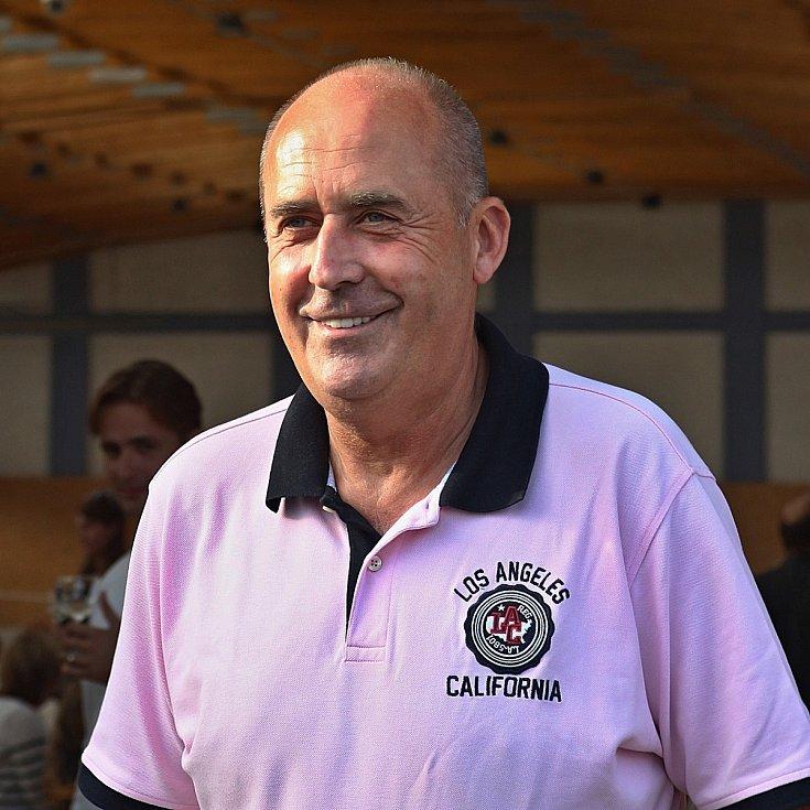 Fotbalový klub AMFORA (AMatérské FOtbalové RArity) založil Petr Salava (na snímku) už vroce 1974. AMFORA každoročně sehraje 10 charitativních utkání. Celkový počet zápasů překročil700 a počet diváků se blíží k miliónu.