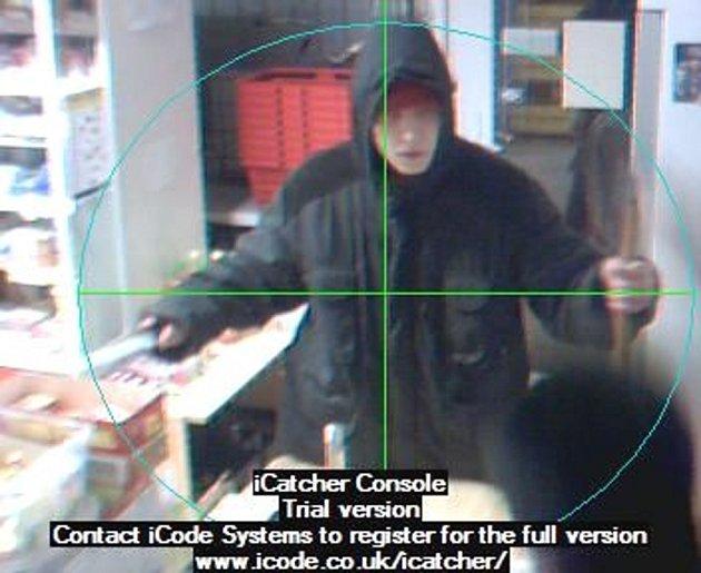 Pachatel přepadení ohrožoval prodavače nožem a sekerou.