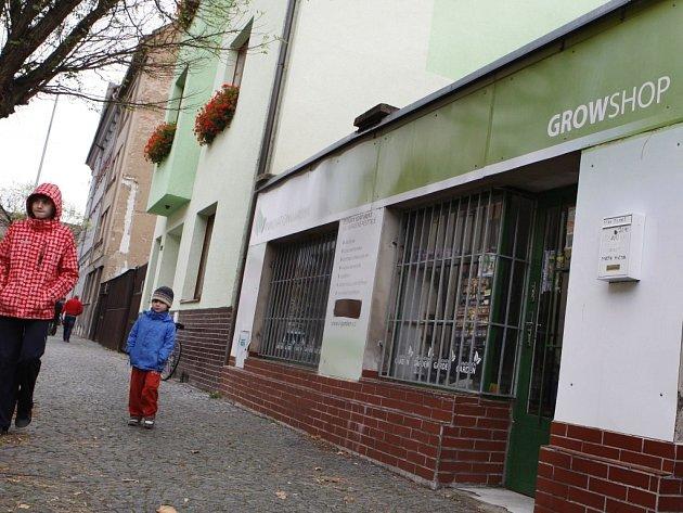 Jeden z growshopů, na který se pravděpodobně zaměřila pozornost kriminalistů, stojí dokonce nedaleko krajského policejního ředitelství.