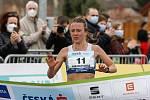 Mistrovství České republiky v půlmaratonu vyhráli Vít Pavlišta (číslo1) a Tereza Hrochová (číslo 11).
