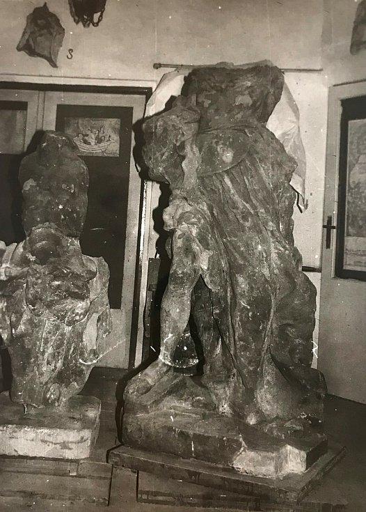 Vojáci zničili také čtyři sochy od neznámého autora, následovníka M. B. Brauna. Torzo jedné sochy se našlo zazděné, další část v zámeckém rybníku a podstavec byl zahrabaný. Na další části sochy sedávali vojáci v parku. Foto: Obec Zdechovice