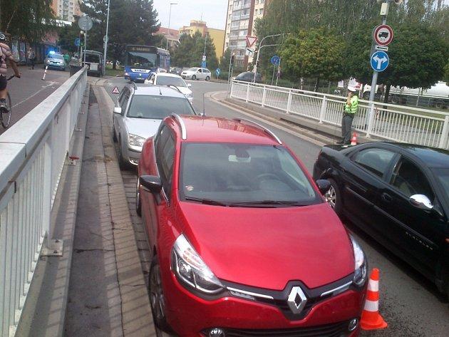 Dopravní nehoda dvou automobilů zablokovala Anenský podjezd v Pardubicích.