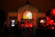 Na Východočeské divadlo v Pardubicích se promítaly slavné okamžiky z historie města perníku.