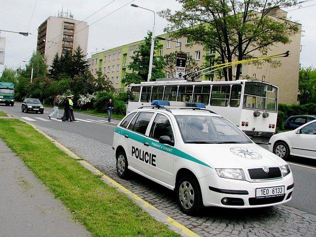 Na místě nehody zůstal pouze trolejbus. Řidič černého passatu, který dívku srazil, z místa ujel.