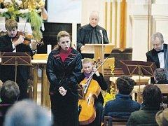 ZNÁMÁ PĚVKYNĚ Martina Kociánová, herec Alfred Strejček a soubor Barocco sempre giovane během nedělního koncertu 38. ročníku festivalu Pardubické hudební jaro v Luži.
