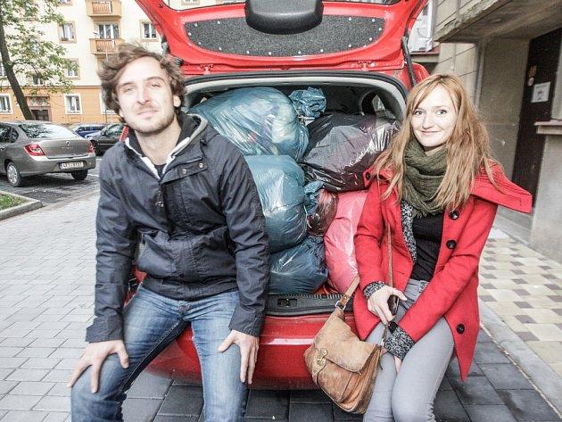 Pomoc se měří na auta. Studenti Barbora Sommersová a Tomáš Smysl ale do Chorvatska nakonec vezou další lidi, kterých je ještě větší nedostatek. Vybrané zimní oblečení z pardubického Kašpárku za nimi dovezou další dobrovolníci.