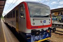 """Čtrnáct nově vybarvených """"motoráčků"""" vyrazí na železniční tratě v Pardubickém kraji. Nejde ale o změnu dopravce. Stávající vlakové jednotky Regionova budou cestující vozit v barevném provedení odkazující na příslušnost k Pardubickému kraji."""