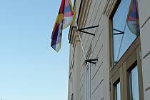 Tibetská vlajka na Základní škole Zámecká v Litomyšli.