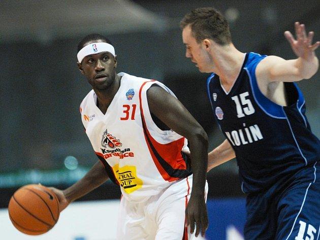 Basketbalové utkání mezi Pardubicemi a Kolínem