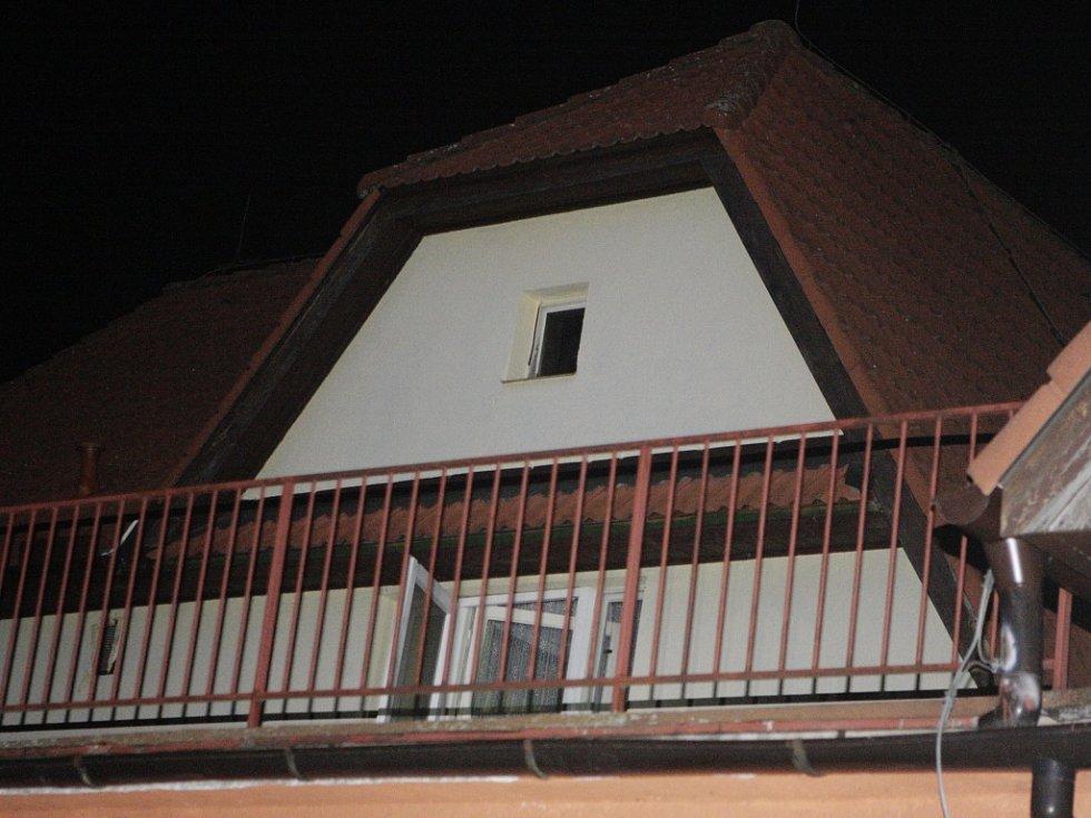 ...a odtud přeskočil na balkon v prvním patře, kde vypáčil dveře.