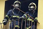 Požár ve Školní ulici v Rybitví. V bytě se zřejmě vařil pervitin