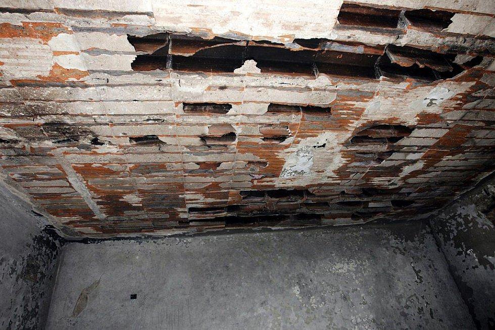 Vlivem žáru se v jedné z místností propadl i strop