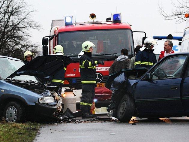 Čelní střet dvou osobních vozidel u Sezemic skončil čtyřmi zraněními