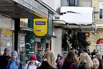 Při tání představuje sníh padající ze střech nebezpečí pro chodce