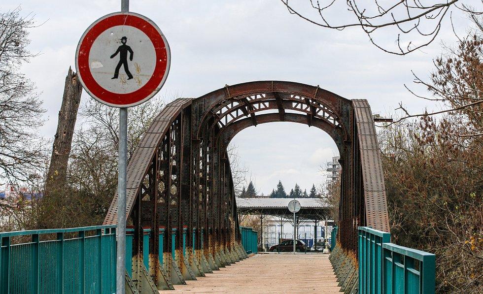Most, jemuž se říká Zeleňák, dostal novou mostovku a zábradlí. Červeňák stále zůstává ve špatném stavu.