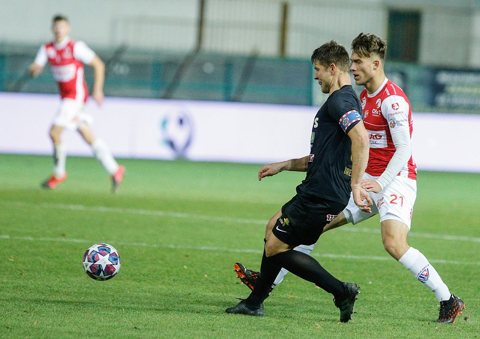 Fotbalové utkání Fortuna ligy mezi FK Pardubice (v červenobílém) a FC Zbrojovka Brno ( v černém) na Městském stadionu Ďolíček v Praze.