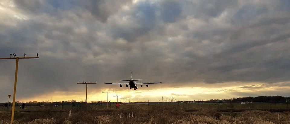 Obří letoun přistává v Pardubicích, 31.3.